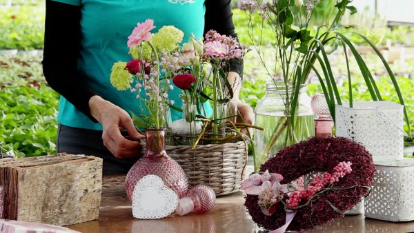 Tirol blüht auf: Reagenzgläser als Blumengesteck